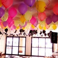 DEcoração de teto com balões neon e gás hélio