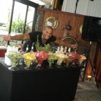 Lindo Open Bar de luxo da cor preta com festival de caipirinhas, caipvodkas, drinks clássicos e drin