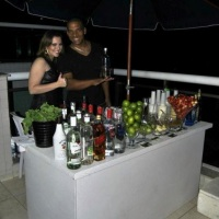 Lindo Open Bar de luxo da cor branca com festival de caipirinhas, caipvodkas, drinks clássicos e dri