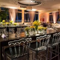 lounge com mesas de bistrô slim com linda decoração